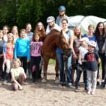 Teilnehmer und Betreuer mit Schulpferd Gustav
